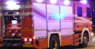 Incendio nella notte, due persone ferite