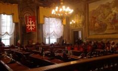 Elezioni Comunali Pisa, un monitor sotto il loggiato di Palazzo Gambacorti per seguire l'andamento dei risultati elettorali