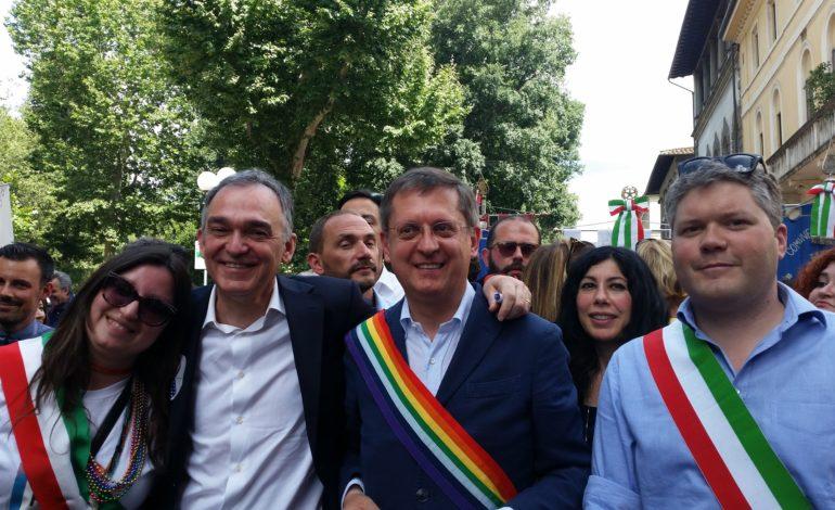 Il sindaco Filippeschi al Toscana Pride con la fascia arcobaleno