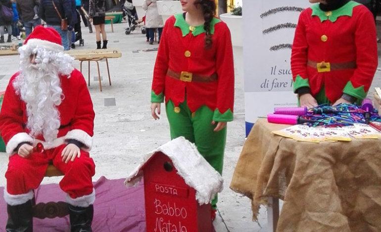 Babbo natale arriva a tirrenia e dona i regali ai bambini - Babbo natale porta i regali ai bambini ...