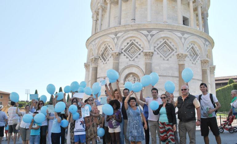 Pisa, per Charlie palloncini blu sotto la Torre
