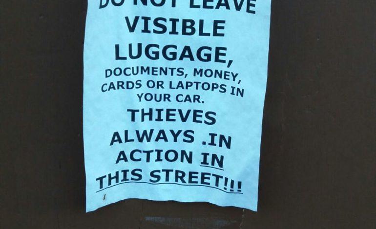 Ladri sempre in azione: un cartello avvisa i turisti