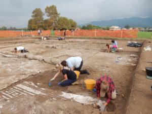 Domus meridionale: il mosaico dell'atrio in corso di scavo.