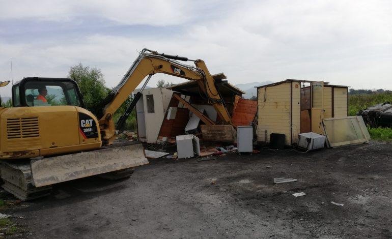 Pisa, abbattute 3 roulotte e 3 baracche vuote al campo rom di via Maggiore di Oratoio