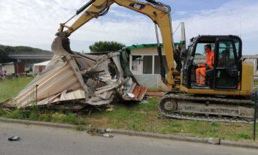 Pisa, abbattuti un container e una baracca rimasti vuoti a Coltano
