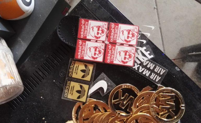 Contrasto al commercio abusivo: scoperto un laboratorio di marchi contraffatti