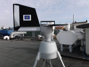 """Campionatore volumetrico Lanzoni VPPS 2000 installato sul tetto della sede di via Derna del Dipartimento di Biologia. L'apparecchio è stato acquisito nell'ambito del progetto LIFE """"AIS LIFE."""