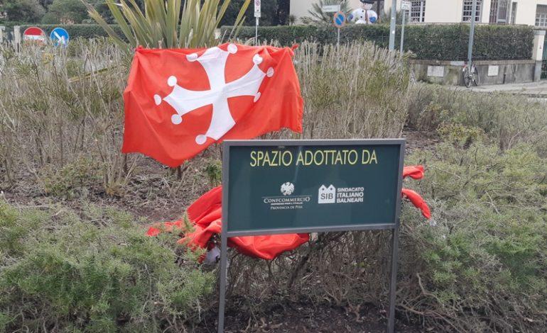 La rotonda tra Viale del Tirreno e via Bigattiera adottata dal Sindacato Balneari