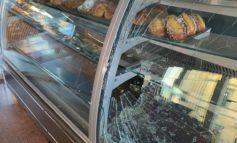 Aggressione al bar La Borsa, pietra lanciata contro i gestori