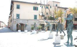 Le sculture di Anna Chromy in piazza dei Caduti a Cascina