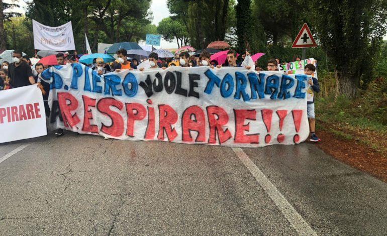 Numerosi i cittadini alla manifestazione a San Piero contro per fermare le maleodoranze