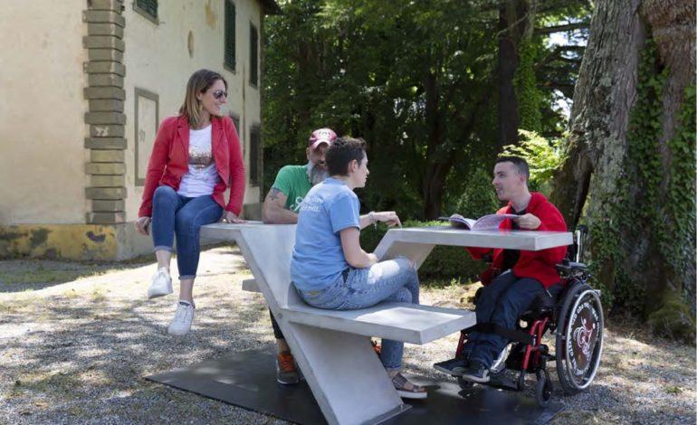 Una panchina inclusiva davanti all'SMSBiblio