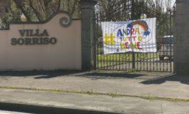 Coronavirus, a Pontendera lo striscione sul cancello chiuso #AndràTuttoBene fatto dagli ospiti della casa di riposo