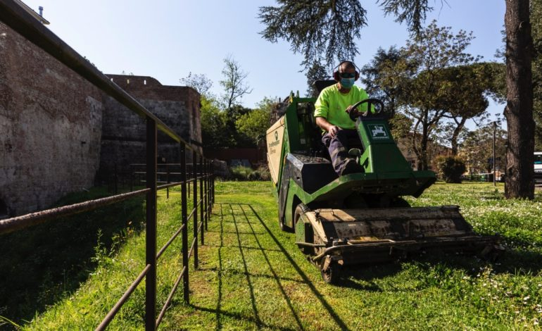 Verde urbano a Pisa, ripreso a pieno ritmo il servizio di taglio dell'erba