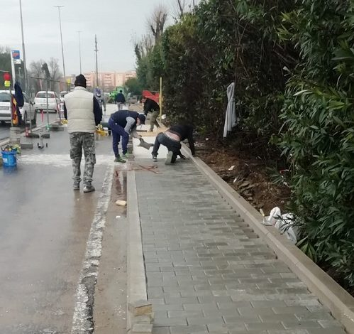 Lavori in corso, prosegue il cantiere per realizzare il nuovo marciapiede in via San Pio da Pietralcina