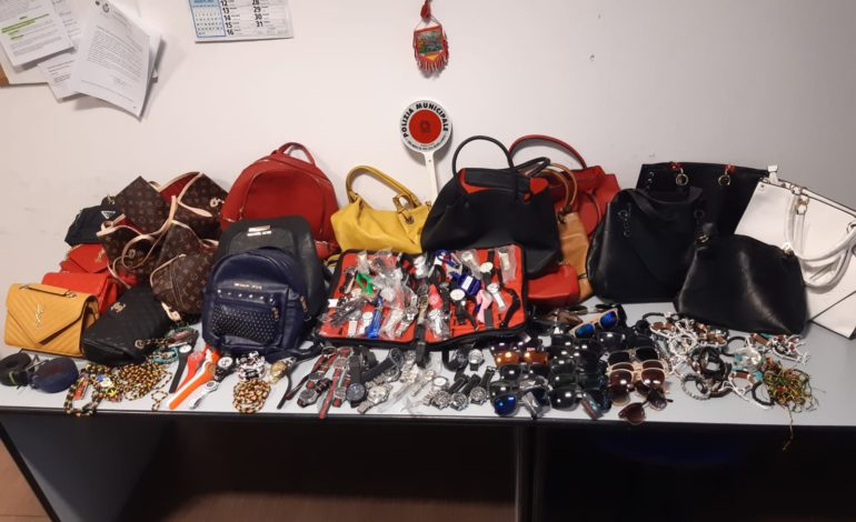 Polizia Municipale: sequestrati circa 300 articoli venduti abusivamente in zona Duomo